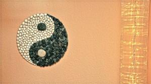 Yin-Yang-Zeichen mit Lichterkette